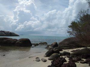Menikmati Indahnya Pantai Penyabong Belitung yang masih asli