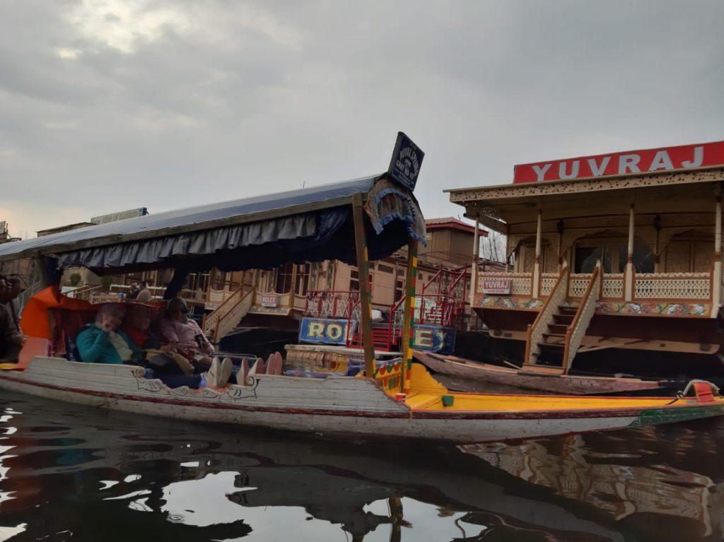 Merasakan sensasi tinggal di Houseboat Srinagar, Kashmir